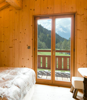 Porte-fenêtres en bois 2 vantaux, inspiration chalet.