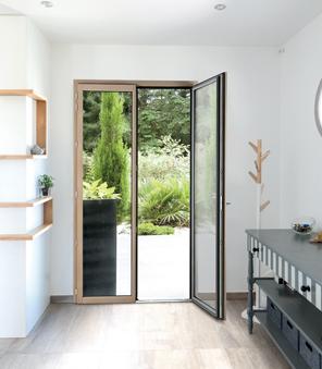 Porte-fenêtre Mixte en Bois et Aluminium 2 vantaux dans un intérieur contemporain.