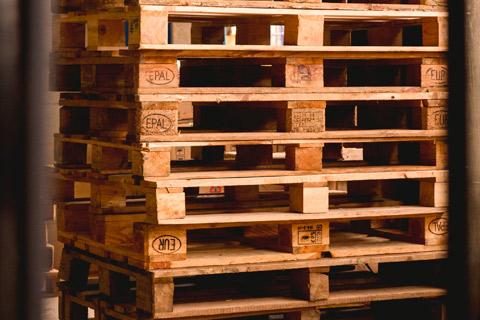 Palettes en bois recyclées pour le chauffage.