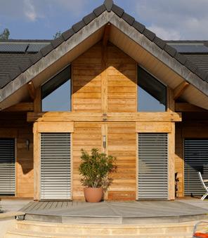 Brise-soleil orientable façade de maison en bois.