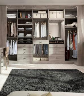 Dressing complet avec penderies, tiroirs et étagères.